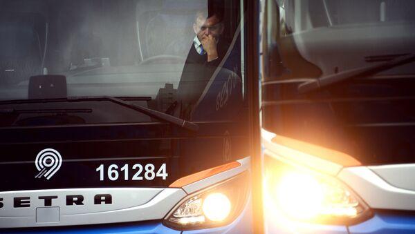 Водитель в салоне автобуса. Архивное фото