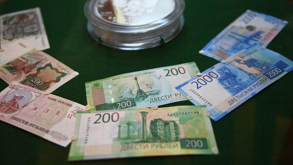 Демонстрация новых купюр достоинством в двести и две тысячи рублей в Банке России