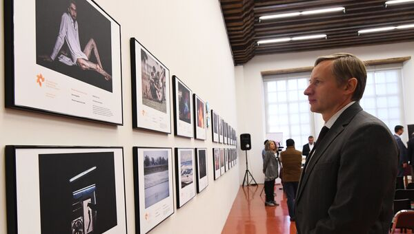 Гость на открытии выставки победителей конкурса имени Андрея Стенина в Мехико. Архивное фото