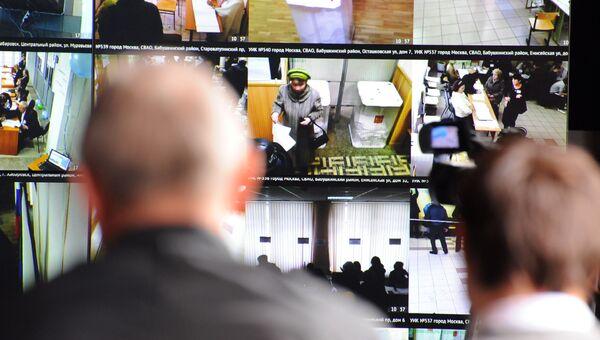 Система видеонаблюдения на избирательном участке. Архивное фото