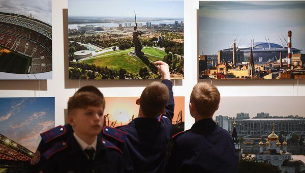 Посетители на открытии выставки Россия. Территория настоящего в Москве