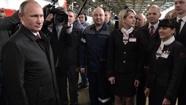 Владимир Путин во время посещения ремонтно-экипировочного депо на железнодорожной станции Москва-Киевская. 29 ноября 2017