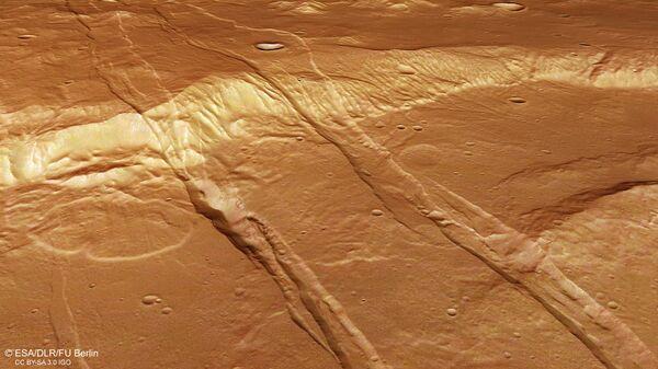 Трещины и ямки в Южном полушарии Марса