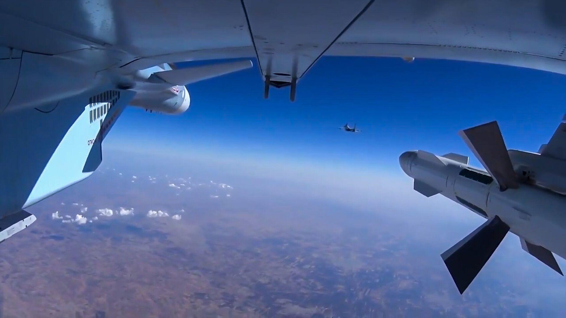 Самолет Су-30 ВКС РФ во время боевого вылета в Сирии - РИА Новости, 1920, 03.03.2021