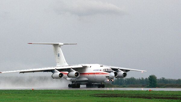 Пассажирский самолет ИЛ-76 на взлетно-посадочной полосе. Архивное фото