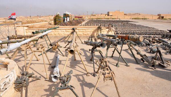 Оружие, захваченное сирийскими военными во время военной операции против боевиков ИГ (террористическая организация, запрещена в РФ) в районах провинции Дейр-эз-Зор