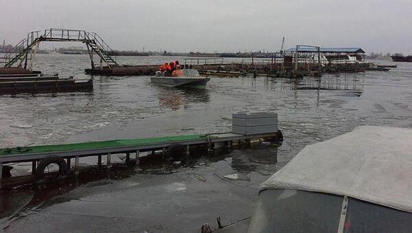 Ликвидация последствий разлива нефтепродуктов на реке Волга в Казани. 1 декабря 2017