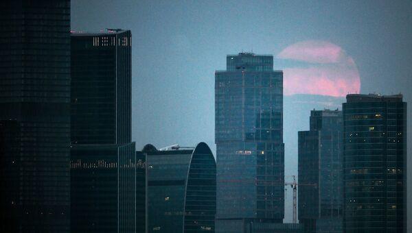 Астрономическое явление - суперлуние, наблюдаемое в Московском международном деловом центре Москва-Сити