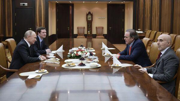 Президент России Владимир Путин и американский режиссер Оливер Стоун во время встречи в Кремле. 1 декабря 2017