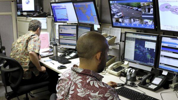 Сотрудники Федерального агентство по управлению в чрезвычайных ситуациях в командном пункте в Гонолулу, Гавайи. 1 декабря 2017