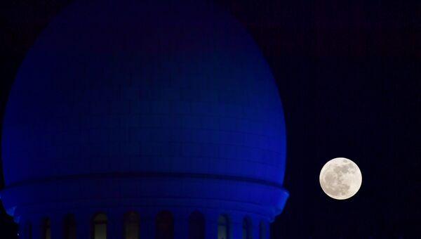 Суперлуние над Большой мечетью шейха Зайда в Абу-Даби. 3 декабря 2017