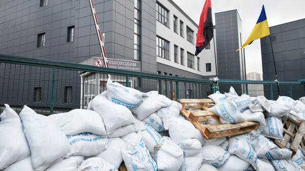Заблокированный вход у здания телеканала NewsOne в Киеве