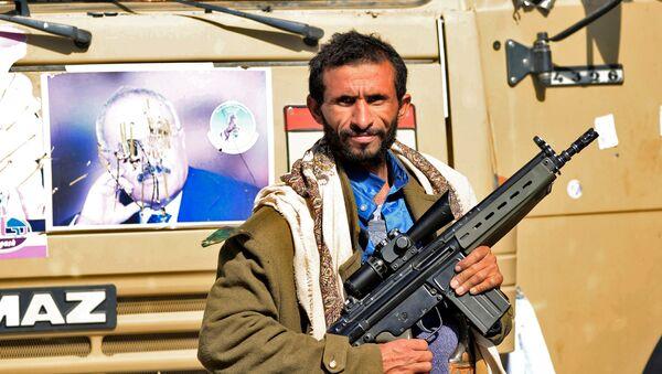 Боевик-хусит недалеко от резиденции президента Йемена Али Абдаллы Салеха в Сане