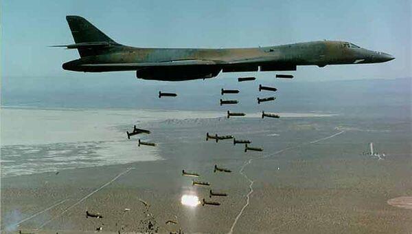 Американский самолет сбрасывает кассетные бомбы CBU