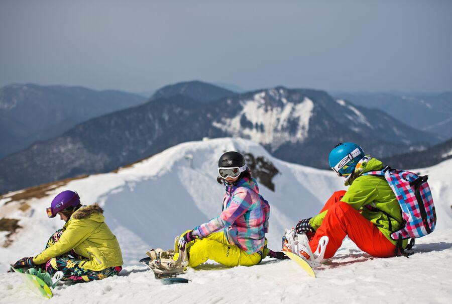 Отдыхающие на вершине Роза Пик горнолыжного курорта Роза Хутор в Красной поляне