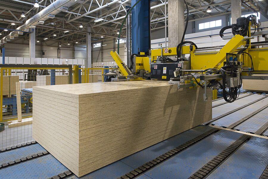 На заводе по производству OSB-панелей