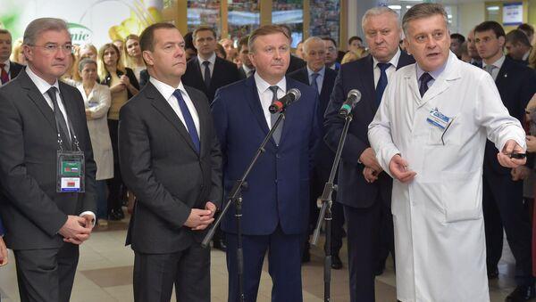 Дмитрий Медведев и премьер-министр Белоруссии Андрей Кобяков во время посещения Республиканского научно-практического центра радиационной медицины и экологии человека в Гомеле. 8 декабря 2017