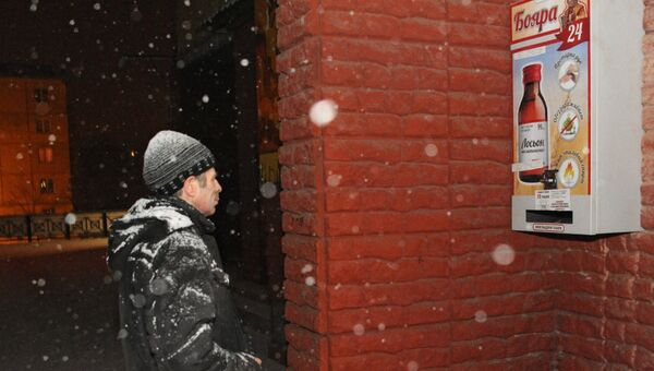 Мужчина у автомата по продаже спиртосодержащего средства с боярышником в Иркутске