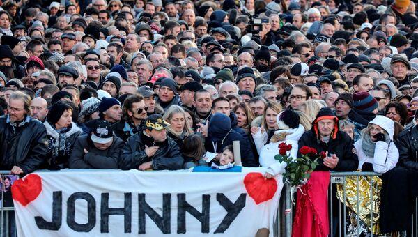Поклонники во время церемонии прощания с Джонни Холлидеем в Париже, Франция. 9 декабря 2017