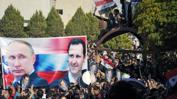 Участники митинга студентов университета Баас в Хомсе в поддержку операции Воздушно-космических сил РФ в Сирии