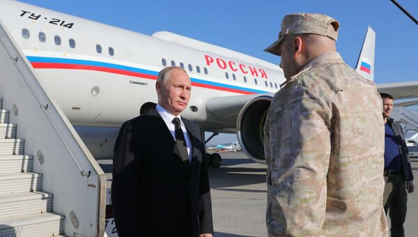 Владимир Путин и Сергей Суровикин на авиабазе Хмеймим в Сирии. 11 декабря 2017