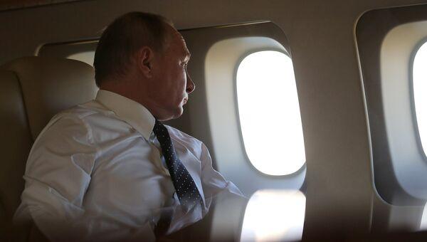 Президент РФ Владимир Путин на борту президентского самолета. Архивное фото