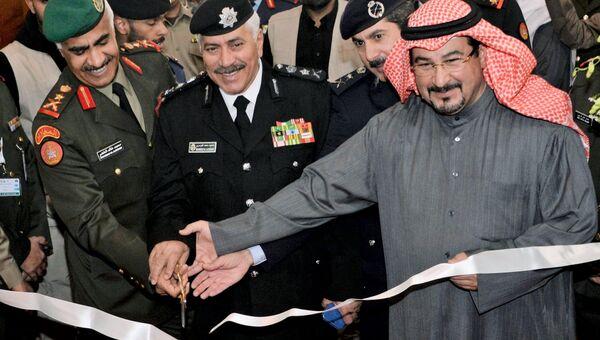 Начальник генерального штаба вооруженных сил Кувейта генерал-лейтенант Мохаммад Халид Аль-Хадер (слева) на торжественной церемонии открытия международной выставки вооружения и военной техники Gulf Defence & Aerospace-2017 в Эль-Кувейте