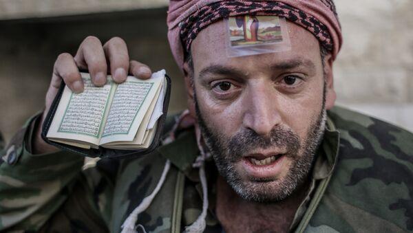Ополченец, только что вырвавшийся из церкви под плотным снайперским огнем в Маалюли