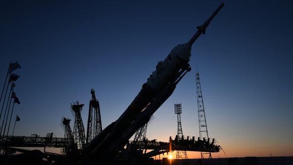 Установка ракеты-носителя Союз-ФГ с транспортным пилотируемым кораблем Союз МС-07. Архивное фото