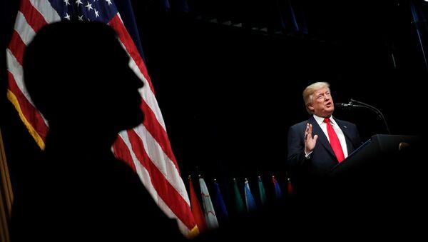 Президент США Дональд Трамп выступает с речью на церемонии вручения дипломов в Академии ФБР на базе базы в Квантико, штат Вирджиния, США. 15 декабря 2017