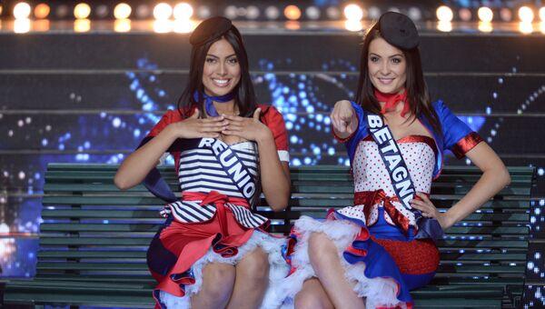 Мисс Реюньон Audrey Chane-Pao-Kan и Мисс Бретань Caroline Lemee выступают во время конкурса Мисс Франция 2018 в Шатору, Франция. 16 декабря 2017 года