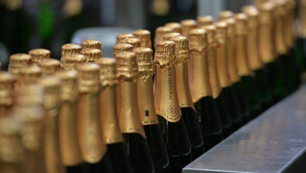 Работа линии по производству шампанского. Архивное фото