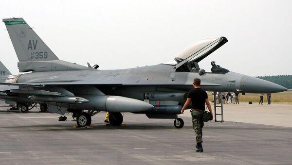 Американские истребители F-16 на авиабазе в Словакии. Архивное фото
