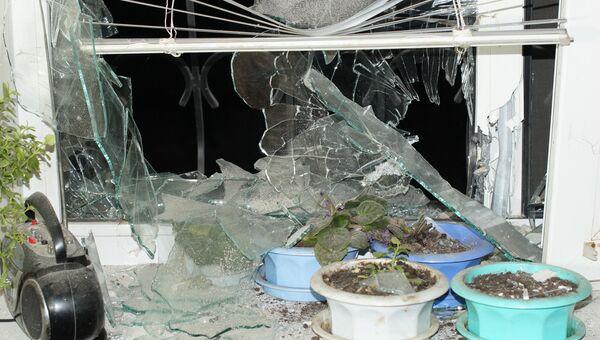 Окно жилого дома, пострадавшего в результате обстрела, в городе Стаханов Луганской области. 19 декабря 2017