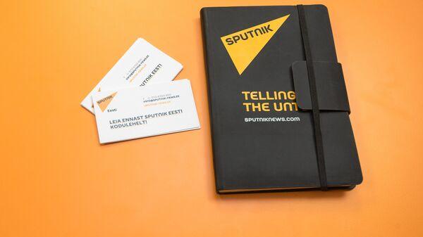 Ежедневник и визитки на столе пресс-центра Sputnik Эстония