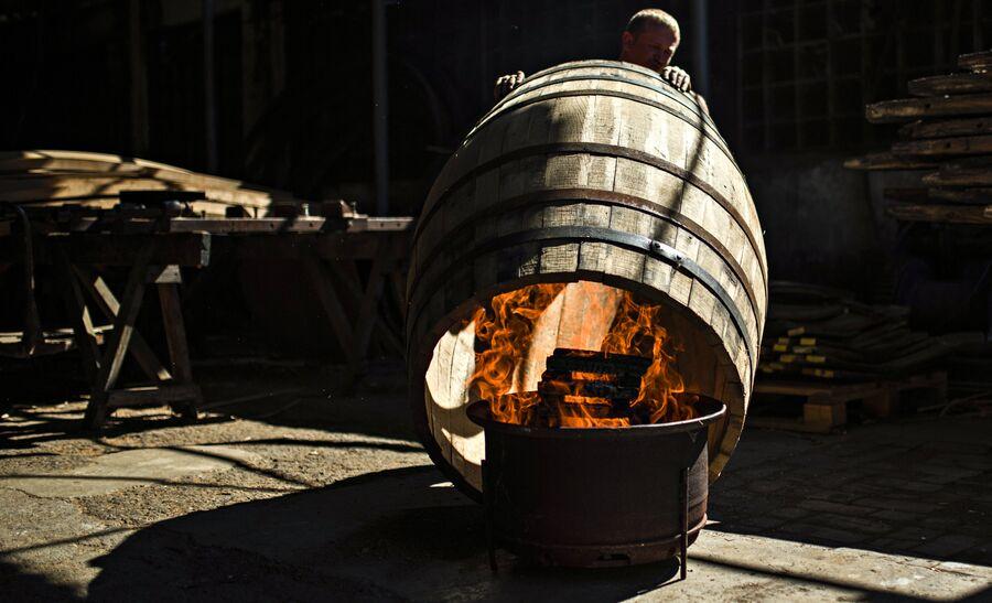 Процесс обжига бочки в бондарном цехе Массандры