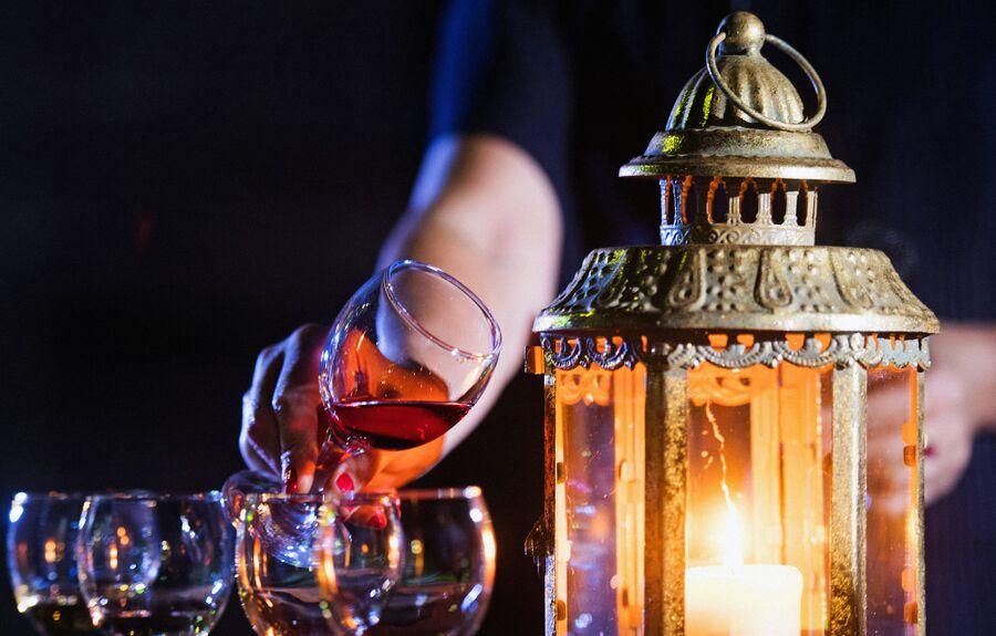 На вечерней винной дегустации МузыКагорИМуската во дворе основного комплекса винодельческого завода Массандра играет живая музыка и разливаются лучшие вина