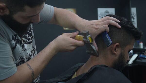 Топорик вместо триммера, или Необычный способ стрижки от парикмахера в Бразилии