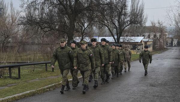 Российские военные, работающие в Совместном центре по контролю и координации (СЦКК) в городе Соледар