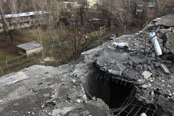 Осколки снаряда на крыше жилого дома в городе Ясиноватая, пострадавшего в результате обстрела. 21 декабря 2017