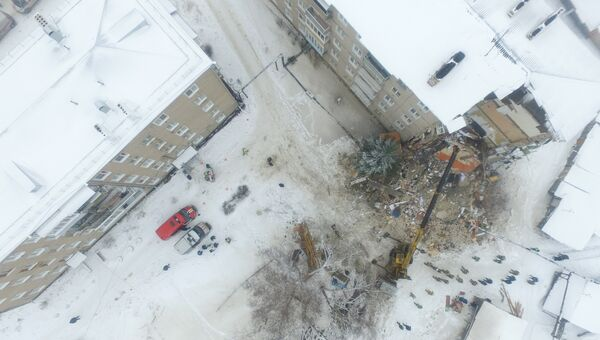 Разбор завалов на месте обрушения жилого дома в городе Юрьевец Ивановской области. 22 декабря 2017