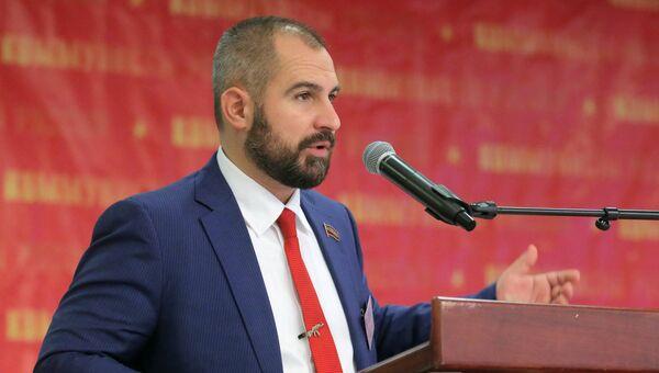 Лидер партии Максим Сурайкин выступает на съезде партии Коммунисты России. 24 декабря 2017