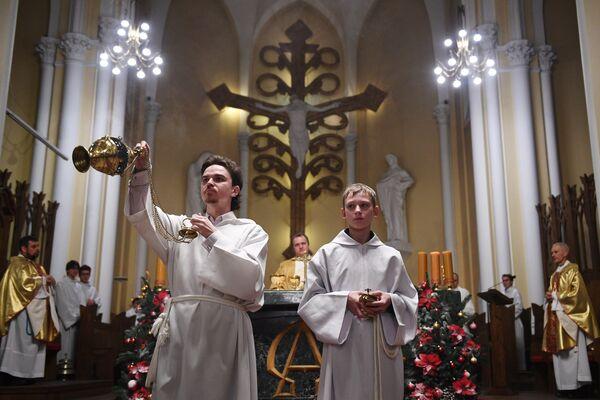 Священнослужители во время празднования Рождества в римско-католическом кафедральном соборе Непорочного Зачатия Пресвятой Девы Марии в Москве