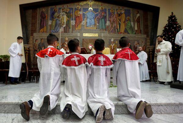 Иракские христиане во время рождественской мессы в Аммане, Иордания
