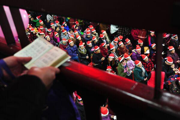 Китайские христиане во время рождественской мессы в провинции Аньхой