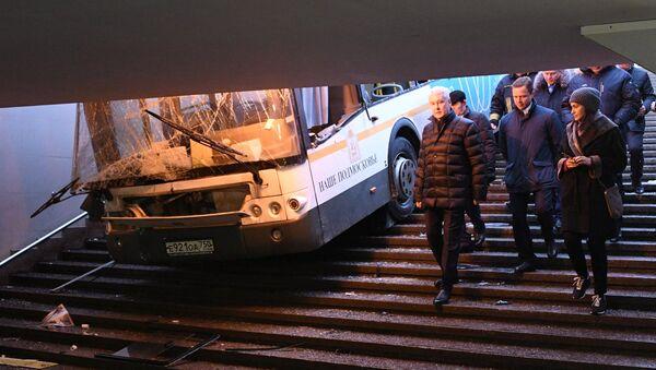 Мэр Москвы Сергей Собянин на месте происшествия, где автобус въехал в подземный переход у станции метро Славянский бульвар