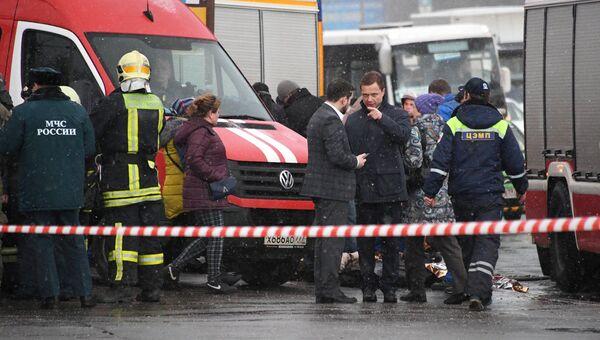 Максим Ликсутов на месте происшествия, где автобус въехал в подземный переход у станции метро Славянский бульвар