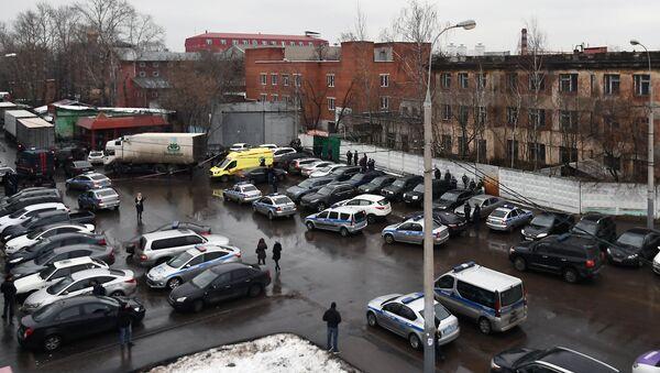 Полиция и автомобиль реанимации на Иловайской улице. 26 декабря 2017
