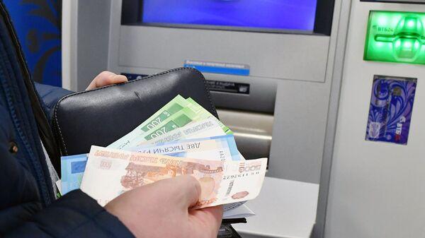 Снятие денег в банковском терминале в Москве