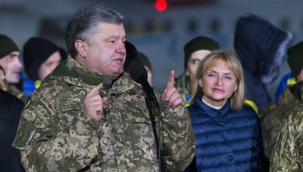 Президент Украины Петр Порошенко во время встречи украинских военнопленных, переданных в результате обмена представителями ДНР и ЛНР, в аэропорту Борисполь